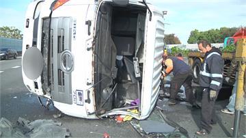 國道聯結車爆胎翻覆 枕木噴飛釀兩傷
