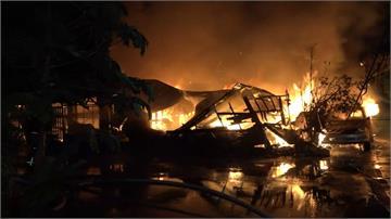 花蓮市區木造房竄火舌 波及鄰近住宅