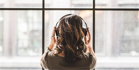 擺脫 WFH 帶來的隱形壓力,透過山脈森林音樂、放鬆慵懶歌曲撫慰疲憊心靈