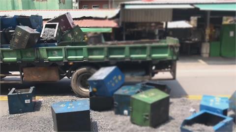 貨車撞婦人!  車上螺絲桶飛落砸車