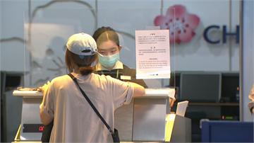 快新聞/松山羽田航線復飛 松機櫃台搬防疫隔板阻跨境傳播