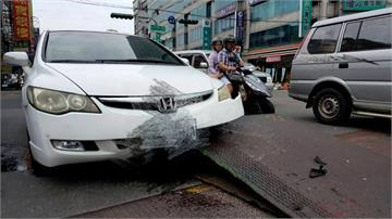 台南永康大車駛過路面鐵板「掀板」  後方小車遭「暗算」