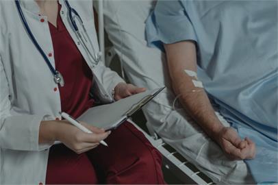 英國老翁確診43次、住院7次!做好葬禮準備了竟「靠這招」順利康復