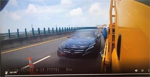 驚險瞬間!黑頭車高速撞飛施工路障 工人一個Move逃過死神