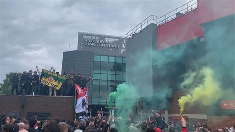 球迷不滿曼聯老闆 衝入主場抗議導致比賽延期