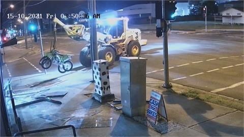 超狂小偷!澳洲男開裝載機偷車 警飛車追逐