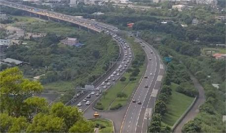 快新聞/國5湧現收假北返潮提前塞! 雪隧回堵4公里、頭城至坪林車速不到40公里