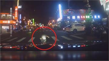 母留童在超商 獨自到對街買東西 3歲童蹦跳闖紅燈 差點被車撞!