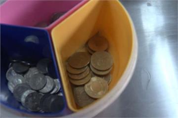 為人師表最糟示範!光顧小吃店裝熟偷3次零錢