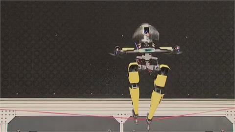 走繩和滑板它都會! 加州理工學院機器運動健將