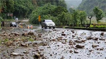 連日大雨造成山壁落石不斷!苗栗泰安鄉公所預防性封閉道路