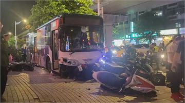 公車駕駛打瞌睡 衝人行道連撞24台機車 1死1警傷