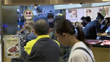 過年美食街一位難求  民眾乾脆站著吃