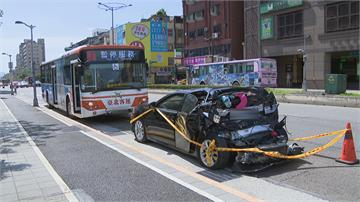公車下橋煞車失靈直直衝 小客車等紅燈「屁股」全花了...