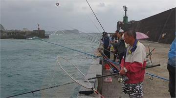 剝皮魚肉質甜美正著時!基隆釣客清晨搶釣賺外快