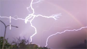 台東大雷雨「最美麗的意外」捕捉「彩虹與閃電共舞美景」