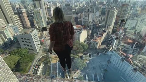 42層大樓開外掛 透明天空步道「像踩在空氣上」
