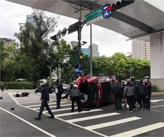 快新聞/板橋紅色特斯拉闖紅燈直直撞! 2機車倒地5人輕傷送醫