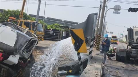 聯結車.貨車事故撞破自來水管 3人輕傷送醫