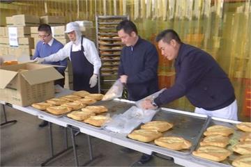 凌晨趕製1500個麵包!高雄「方師傅」直送愛心到災區