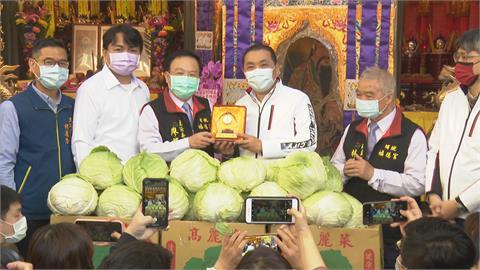為土地公慶生!新北宮廟認購鳳梨、高麗菜幫助弱勢族群 侯友宜表達感謝
