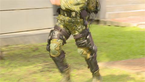減輕膝關節兩倍負擔! 「軍用外骨骼」提升官兵戰場效率