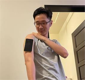 溫朗東秀「手臂吸手機 」成果照!揭「萬磁王」真相:沒洗澡