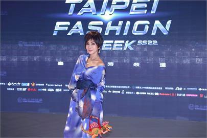 陳美鳳一身大師的創作 亮麗出席時裝週 鎂光燈不斷超吸睛!