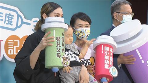 公費流感疫苗兩階段開打 譚艾珍與孫子帶頭打