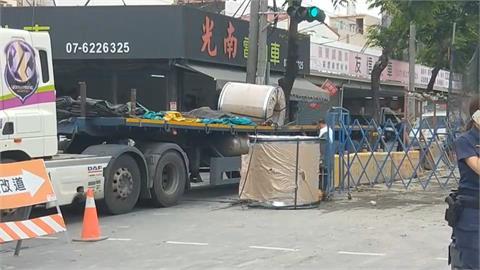 驚!曳引車撞轎車急煞 9噸鋼捲滾落砸向車頭