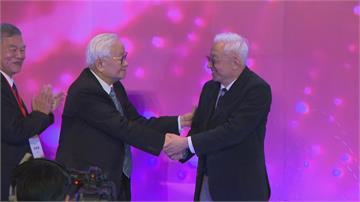 快新聞/出席竹科40頒獎典禮「曹興誠主動與張忠謀握手」 兩人同框互動受矚