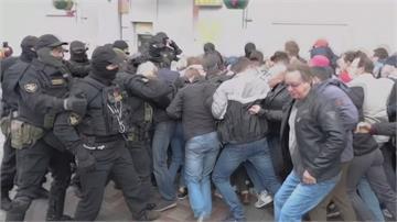 白俄續抗議 警用催淚瓦斯閃光彈清場