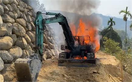 快新聞/南投缺水還失火!挖土機有異音 跳下查看就起火