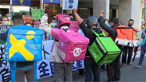 不滿平台砍薪 外送員籌組工會與資方抗衡