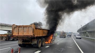 快新聞/砂石車國1突起火 火勢猛烈黑煙竄天嚇壞用路人