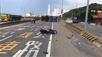 快新聞/台61線聯結車翻覆擦撞男騎士 北上車道路肩全封閉