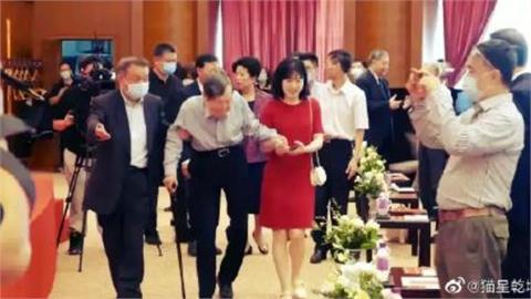 諾貝爾得主楊振寧百歲生日 小54歲嫩妻相伴出席活動照片曝光