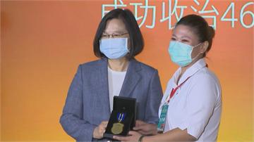 快新聞/親頒防疫獎章謝「幕後英雄」 蔡英文:你們讓台灣成為全世界最安全的地方