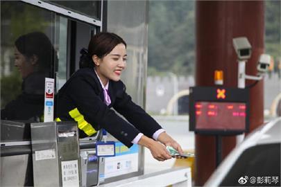 駕駛為她1天路過4次!中國「最美收費員」爆紅 網:被初戀氣泡擊中