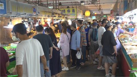 等不到降級紛出籠? 布袋觀光魚市湧入逾6000人