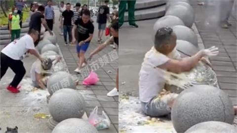 中國又見誇張婚鬧 新郎被綁石墩「砸雞蛋麵粉」竟只給清潔工8元紅包!