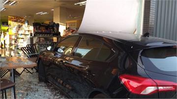 女駕駛新手上路誤踩油門 新車衝進超商撞破落地窗