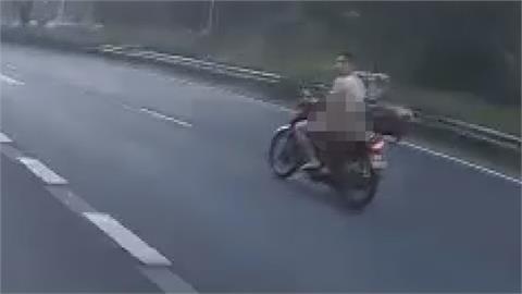 防疫悶壞?男騎士全裸飆高速公路 「掏傢伙」飛馳5公里下場GG
