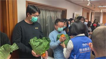 助農民產銷 張麗善自購100箱高麗菜送員工