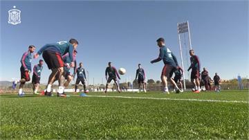 西班牙足球隊放鬆心情 球員鐳射槍大戰