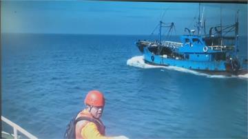 中國船越界捕魚蛇行逃 海巡強靠登船押回