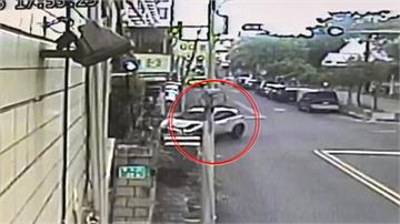 離奇車禍!女駕駛先撞號誌再撞民宅#-#老夫婦遭波及被鐵門玻璃擊傷