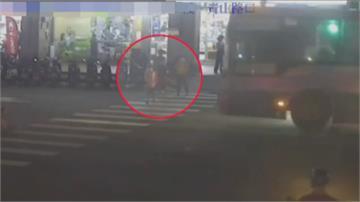 生死一瞬間!907公車闖紅燈 男童過馬路險被撞