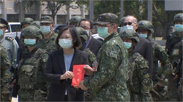 蔡總統慰問砲指部 女砲班操縱28噸武器成嬌點