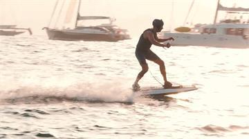 電動衝浪板不必等浪 海上極速可達56公里